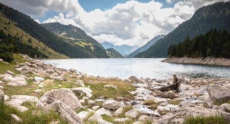 Vista de la presa del lago Oule en el valle de Aure en Haute-Bigorre en el departamento de Hautes-Pyrà © nà © es en Francia