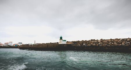 Port Joinville sur l'île d'Yeu - 18 septembre 2018 : entrée du port de l'île d'Yeu avec son sémaphore et ses petites maisons typiques un jour d'automne Éditoriale