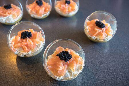 verrine saumon oeuf de lompe fromage frais et lit d'avocat en cuisine Banque d'images