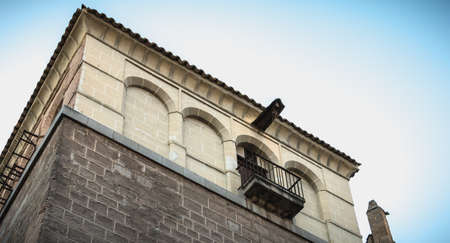 Toledo, Spain - April 27, 2018: Architecture of typical apartment building in historic city center on a spring day 新聞圖片