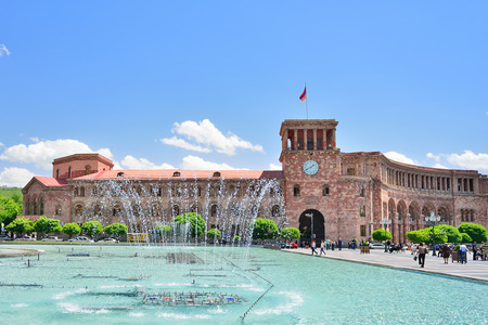 YEREVAN, ARMENIA - MAY, 2016: The fountain on a central square of the city of Yerevan in Armenia. State House and the national flag of Armenia. 報道画像