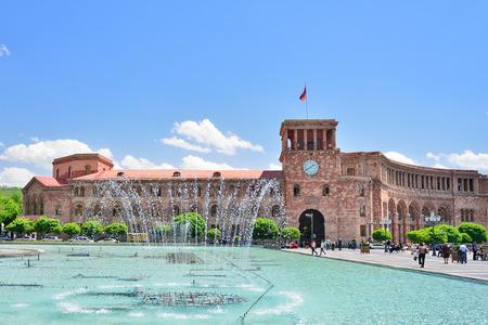 エレバン, アルメニア - 2016 年 5 月: アルメニアのエレバン市の中央広場にある噴水。州議事堂、アルメニアの国旗。 報道画像