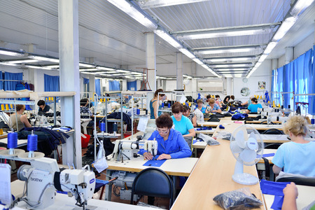 GUKOVO, ロシア連邦 - 2016 年 9 月: 縫製工場で働く