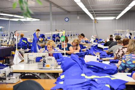 GUKOVO, RUSSIA - SETTEMBRE 2016: i lavoratori lavorano in una fabbrica di abbigliamento Editoriali