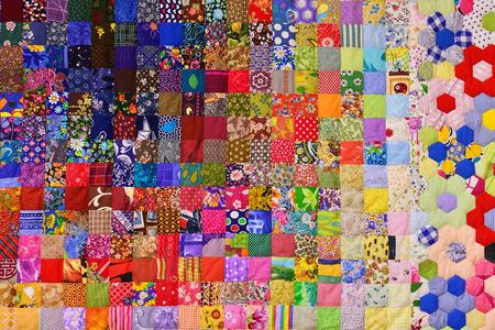 Trapunta patchwork. Parte della trapunta patchwork come sfondo. Stampa floreale Coperta di colori in stile patchwork. Coperta di colori Fatto a mano.