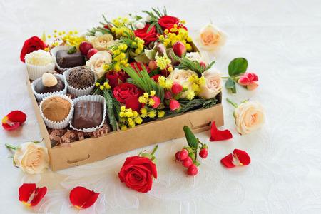 チョコレートで作られた花とお菓子のギフト ボックス