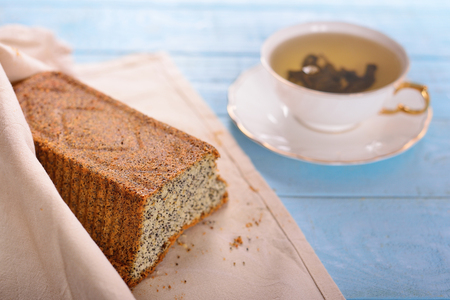 cake with poppy seeds and a cup of tea Imagens