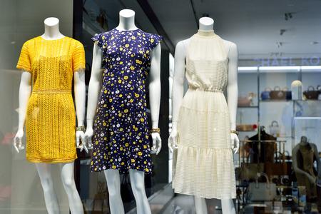 Showcase met een nieuwe dameskledingcollectie. Stockfoto - 82152563