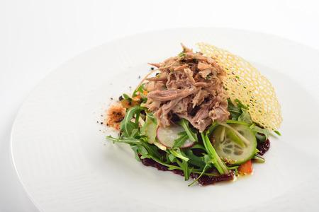 프랑스어 급유 오리 - confit와 크리 에이 티브 샐러드. 흰색 배경, 메뉴 개념입니다. 스톡 콘텐츠