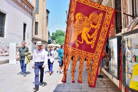 ヴェネツィア, イタリア - 2017 年 5 月日: 通りお土産トレイとヴェネツィアの大きな旗。 報道画像