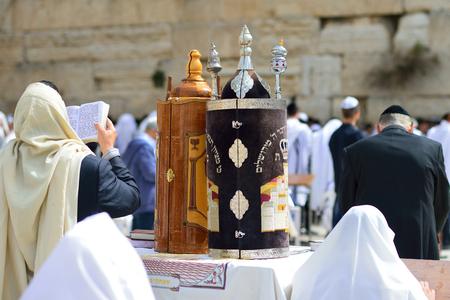 JEROZOLIMA, IZRAEL - KWIECIEŃ 2017: Żydowski mężczyzna świętuje Simchat Torah. Simchat Tora jest świętem żydowskiego święta oznacza zakończenie rocznego cyklu czytania Tory