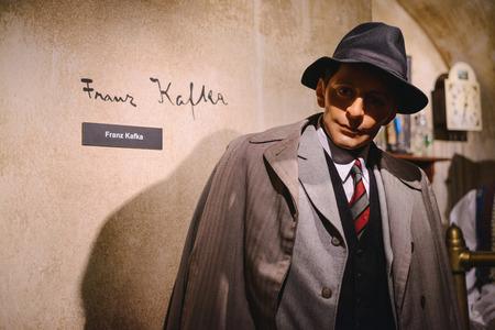 PRAGA, REPÚBLICA CHECA - MAYO DE 2017: La figura de cera de Franz Kafka, novelista judío de lengua alemana, escritor de cuentos. Museo Madame Tussaud en Praga, República Checa.