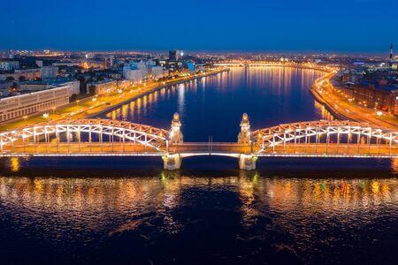 圣彼得堡,白夜,Bolsheokhtinsky桥。夏天彼得堡的地标。从寄生虫的照片。