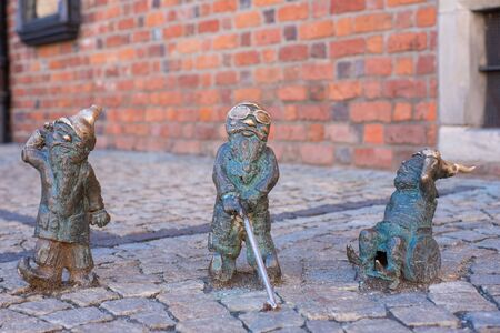 WROCLAW, POLAND - JUNE 17: Disabled dwarfs statues at Wroclaw Market square near Old Town hall. Bronze gnome sculptures are the main tourist attraction and symbol of the city. Standard-Bild - 138049038