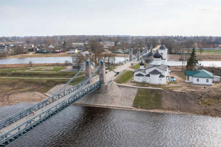The famous chain bridge and St. Nicholas Church in the town of Ostrov, Pskov region. Tourist place of the regions of Russia. Imagens