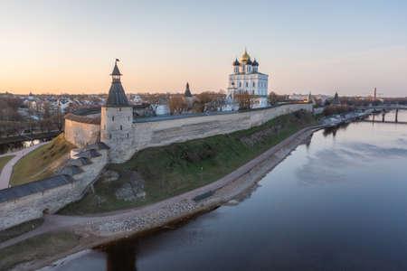 Velikaya River. View of the Pskov Kremlin and Trinity Cathedral Imagens