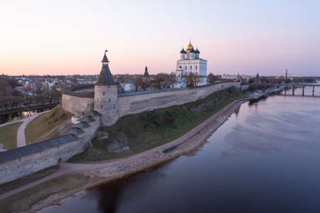 The main attractions of Pskov, a Russian city, a tourist center. Pskov Kremlin, Velikaya River, Trinity Cathedral. Sunrise. Imagens