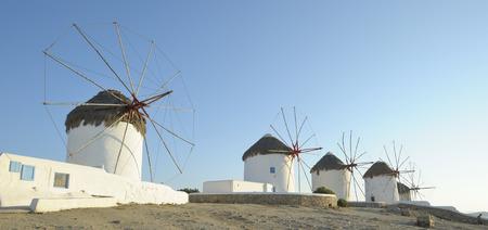 molinos de viento: molinos de viento en la isla de Mykonos, Grecia