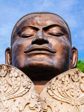 cabeza de buda: la cabeza de Buda en la flor de loto