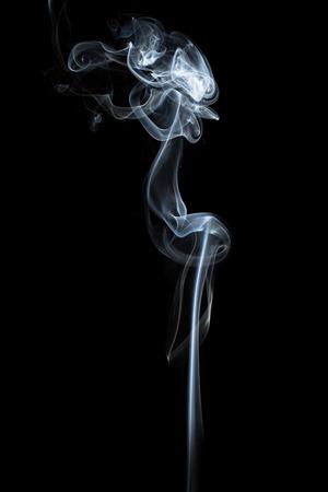 暗い背景に分離された抽象的な煙