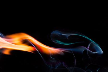llamas de fuego: llama de fuego sobre fondo oscuro Foto de archivo