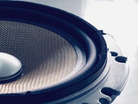 ruido: Parte de los altavoces de audio para autom�vil viejo de color amarillo, se filtr� efecto de la vendimia Foto de archivo