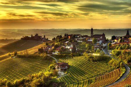 Het dorp Treiso, in de Langhe (Piemonte, Italië), in het beperkte productiegebied van de prestigieuze Barbaresco-wijn. Stockfoto