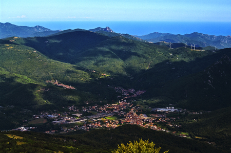 The Garessio basin with, on the left Valsorda with its sanctuary, to the right the farm of San Bernardo pass, in the background, the Ligurian Sea. 版權商用圖片