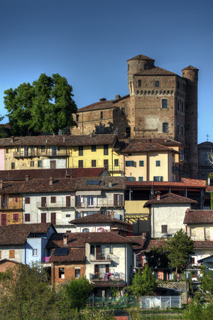 Langhe - View of the town of Roddi, around the medieval castle, near Alba, in the Langhe, Piedmont, Italy. Banco de Imagens