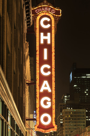 theater sign: CHICAGO, IL-abril 18,2014 famoso teatro de Chicago Reg�strate Noche el 18 de abril de 2014 en Chicago Illinois, EE.UU. Chicago Theater fue la primera gran sala de cine en los Estados Unidos