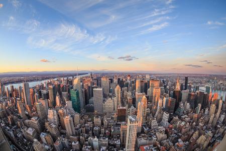 Mooie New York City skyline met stedelijke wolkenkrabbers bij zonsondergang