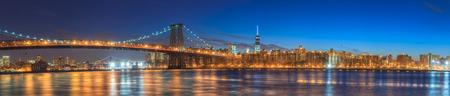 Panorama Williamsburg Bridge avec l'horizon de New York au crépuscule de ville Banque d'images