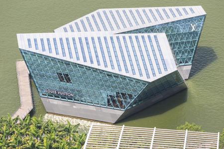 vuitton: SINGAPORE - FEBRUARY 14: A Louis Vuitton boutique extends out into Marina Bay. Photo taken FEBRUARY 14, 2014 in Singapore, Singapore.
