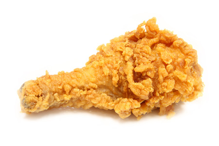 chicken fried: Muslos de pollo marr�n dorado fritos en blackgound blanco.