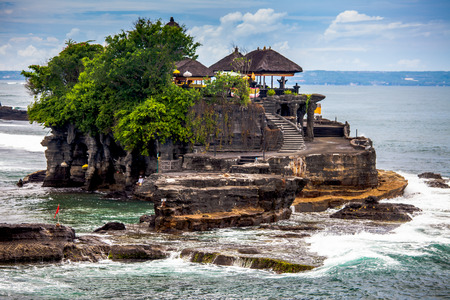 Tanah Lot Temple na moři ostrova Bali a Indonésii