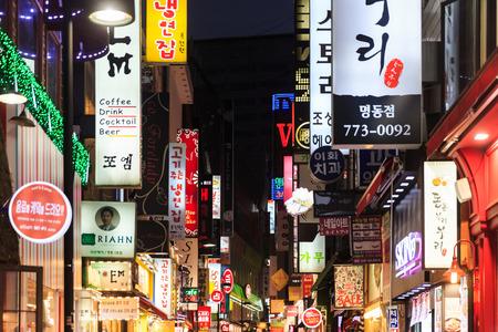 SEUL - 05 de noviembre: Myeong-Dong Luces de neón 05 de noviembre 2013 en Seúl, Corea del Sur. La ubicación es el distrito de la premier para hacer compras en la ciudad. Foto de archivo - 32068095