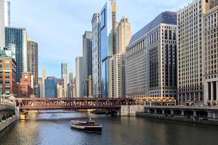 시카고 강은 오대호와 미시시피 밸리 수로 사이의 주요 링크 역할을합니다.