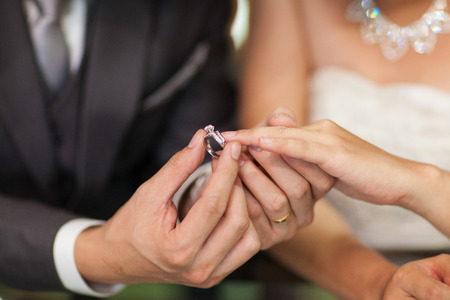 c�r�monie mariage: Close up Groom mis l'anneau de mariage sur mari�e