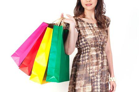 compras compulsivas: Mujer de compras feliz con bolsas en tablero blanco. Foto de archivo