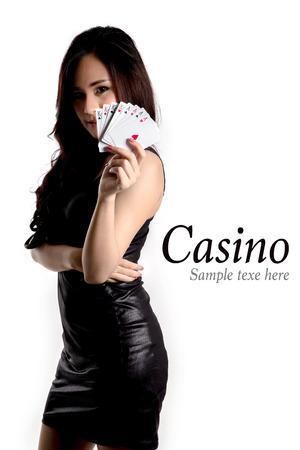 fichas de casino: Casino concepto- Mujer bonita que muestra una tarjeta.