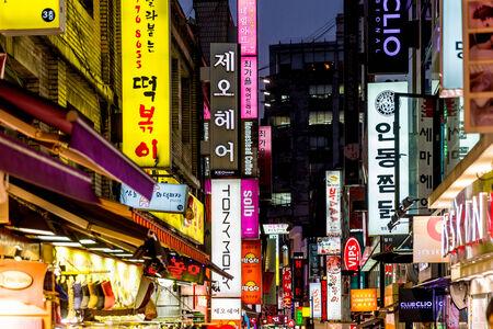 SEOUL - 5 november: Myeong-Dong Neon Lights 5 november 2013 in Seoul, Zuid-Korea. De locatie is de première wijk om te winkelen in de stad.