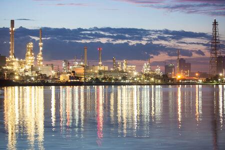 industria petroquimica: planta petroqu�mica en la escena de la noche Editorial