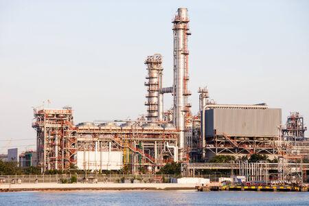 industria petroquimica: Planta de la industria petroqu�mica en escena de la puesta Editorial