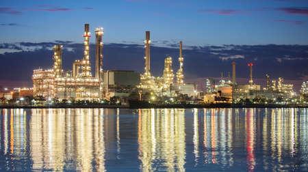industria petroquimica: panorama de la industria petroqu�mica escena de planta de la noche Editorial