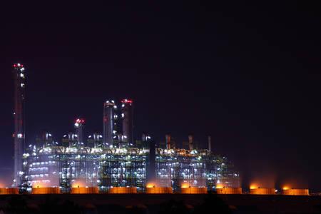 industria petroquimica: Planta de la industria petroqu�mica en escena de la noche