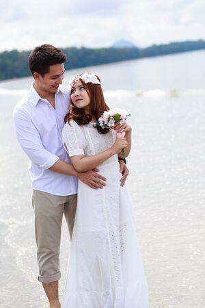 weisse kleider: Liebende Hochzeit Paar am Strand in den wei�en Kleidern Lizenzfreie Bilder