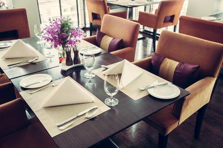 Der schönste Tisch in einem französischen Restaurant. Vintage Filter-Effekt Standard-Bild