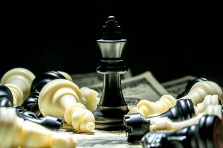 Roi des échecs sur fond dollar, concept de réussite. Banque d'images