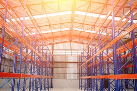 Interior of Empty Big Huge Warehouse. New Large Scale Distribution Warehouse with High Empty Shelves. Banque d'images