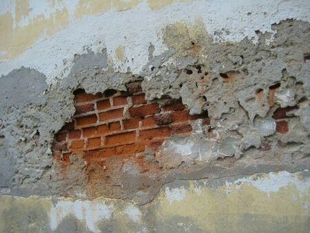 muro rotto: antico muro rotto con la pittura casuale